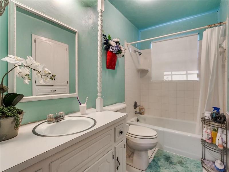 2105-n-mckinley-ave-shawnee-ok-bathroom